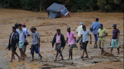 Heavy rains pounded the central Sri Lankan region where at least three villages have already been swallowed by mountains of mud, forcing soldiers and police to suspend rescue work.