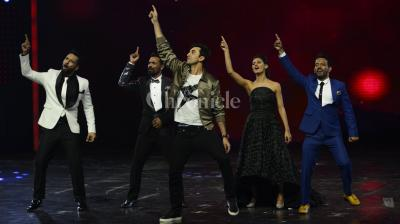 Ranbir Kapoor doing his famous 'Badtameez Dil' step with the judge and mentors of Dance Plus 2. (Pic- Viral Bhayani).