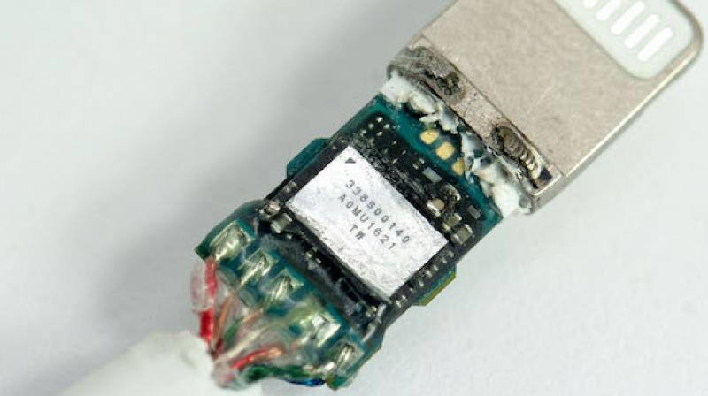 Digital-to-analog converter chip found in the adaptor. ( Photo: Tinhte.vn)