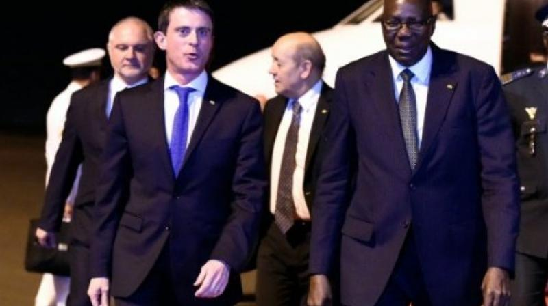 French Prime Minister Manuel Valls is welcomed by Mali's Prime Minister Modibo Keita at Bamako International Airport. (Photo: AFP)