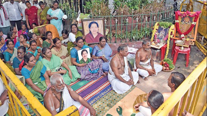 Image result for jayalalitha burial box picture