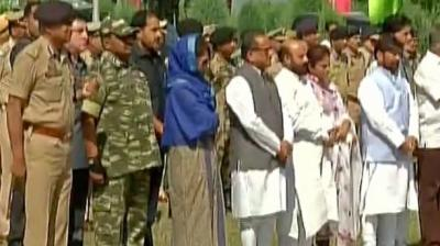 Chief Minister of Jammu and Kashmir Mehbooba Mufti on Sunday paid tribute to the 8 CRPF jawans who were killed in an encounter with militants on Saturday. (Photo: Twitter)