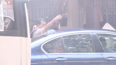 Jacqueline Fernandez' manager requested awaiting shutterbugs to not click her, while she was exiting a recording studio. (Pic: Viral Bhayani)