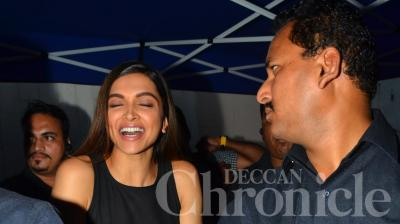 Deepika flashing her pretty pearlies, gladly. (Pic: Viral Bhayani)