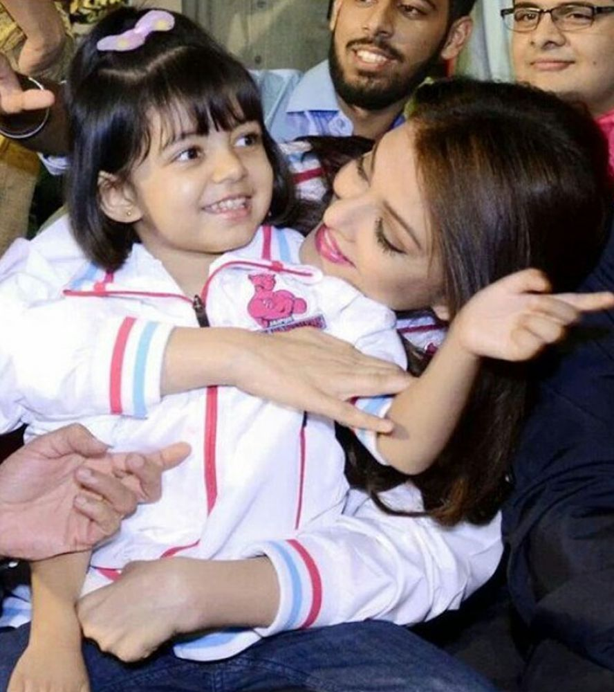 Aaradhya stuck close to mommy Aishwarya and pointed out to the screen when  the cameras pointed