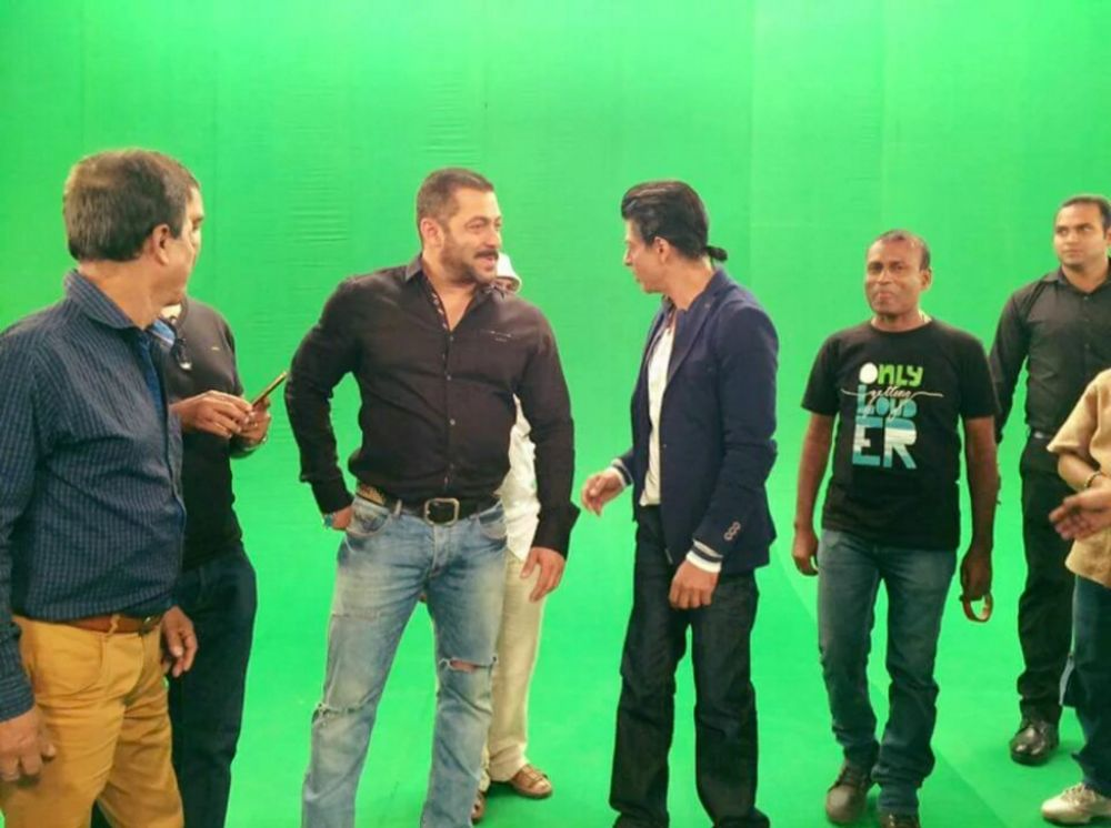 Salman and Shah Rukh shooting their 'Karan Arjun aayenge' promo video.