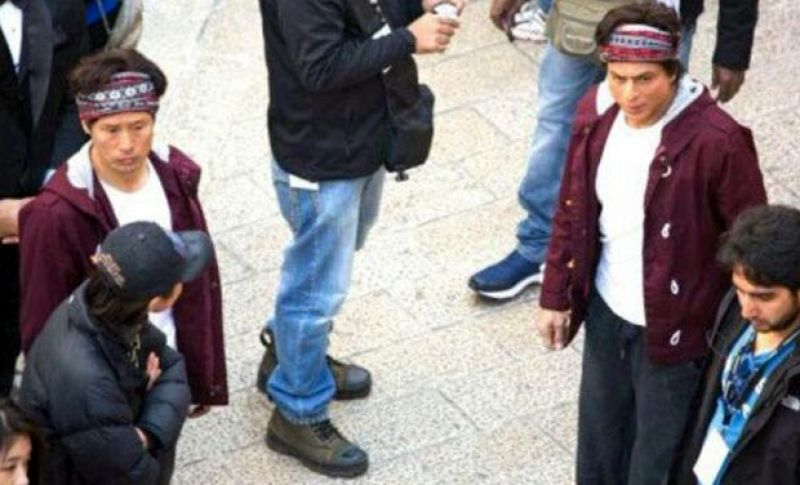 SRK with his stunt double on the sets of Fan