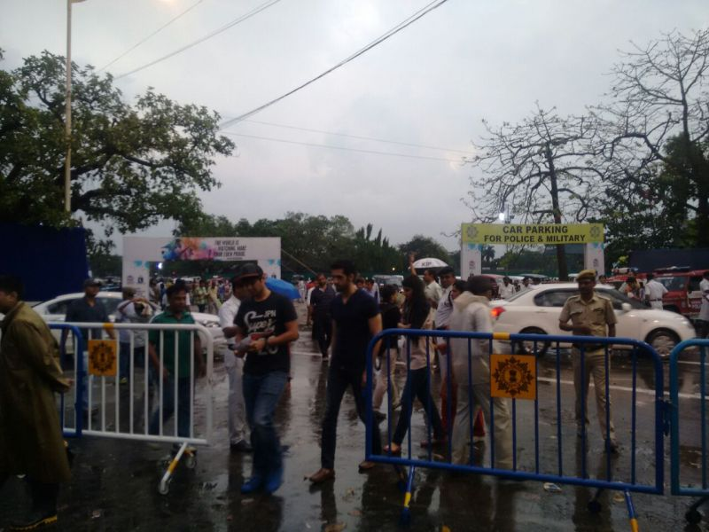Fans braved the rain to take their place at Eden Gardens. (Photo: Wriddhaayan Bhattacharyya/DC)