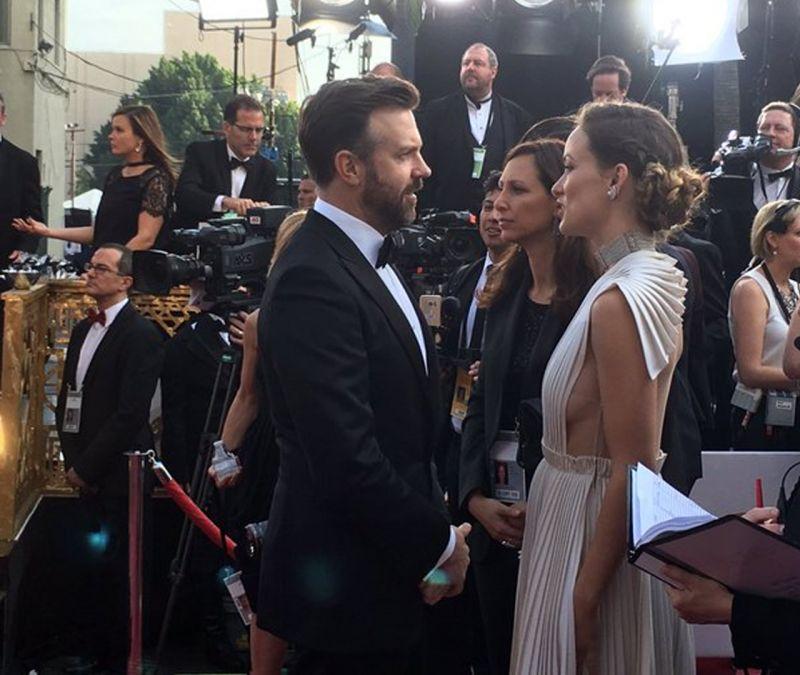 Jason Sudeikis strikes a conversation with Olivia Wilde