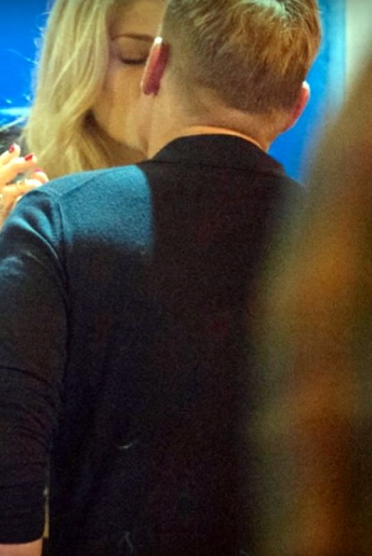 The 46-year-old king of spin Shane Warne kissed the pretty blonde in a doorway of a bar in the busy central London district. (Photo: Screengrab)