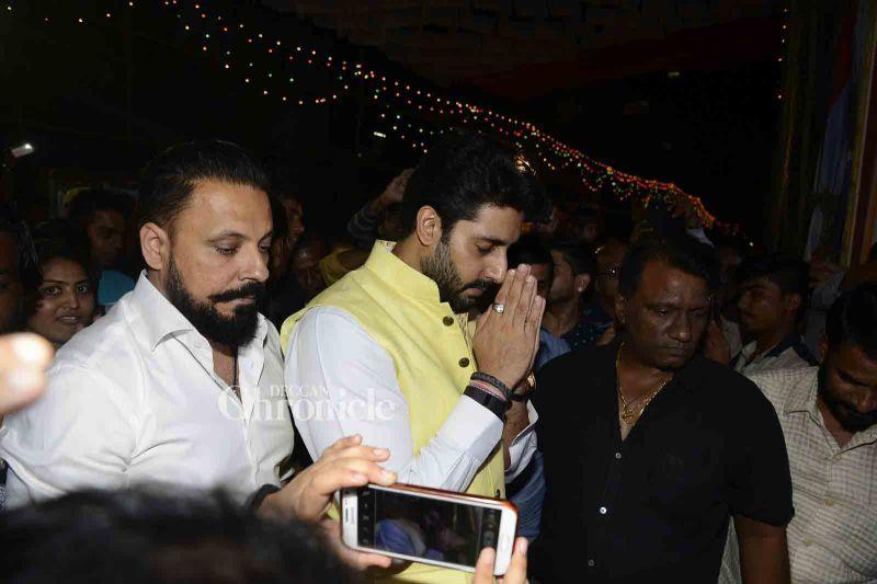 Abhishek Bachchan visits make-up man's Ganpati