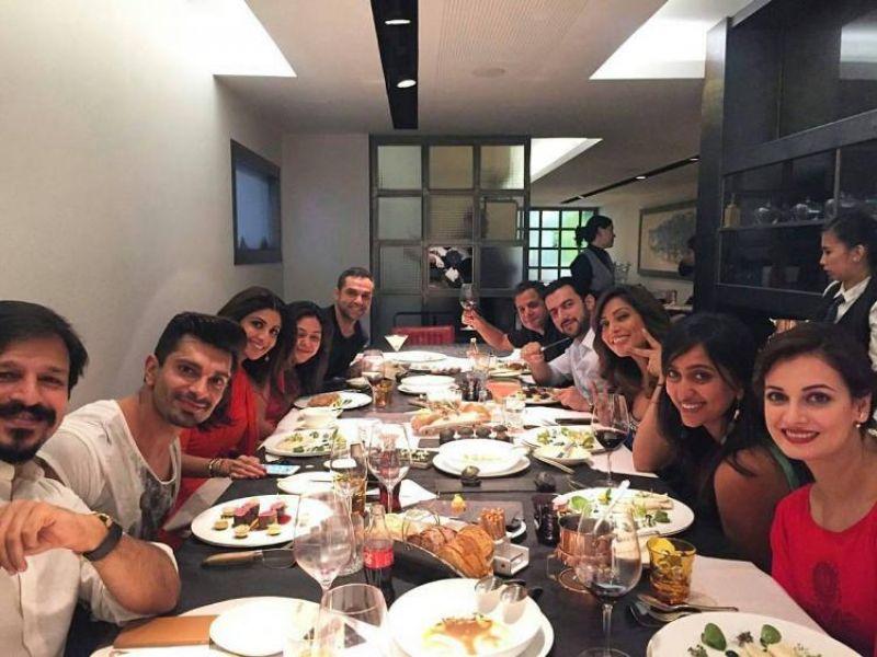 Bipasha along with her husband Karan, Shilpa and Raj Kundra, Vivek Oberoi, Dia with her husband Sahil and Abhay Deol snapped enjoying a peacful dinner.