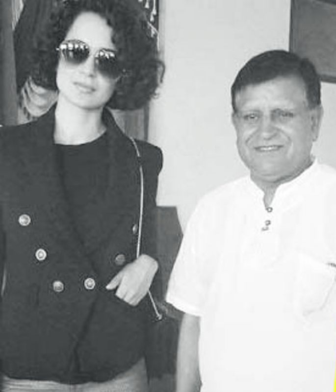 Kangana Ranaut poses with Pandit Lekhraj Sharma.