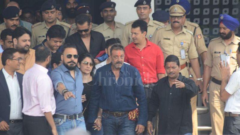 Sanjay Dutt with wife Manyata at Mumbai airport. (Photo: Viral Bhayani)