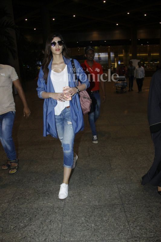 Kriti Sanon snapped at Mumbai airport. (Photo: Viral Bhayani)