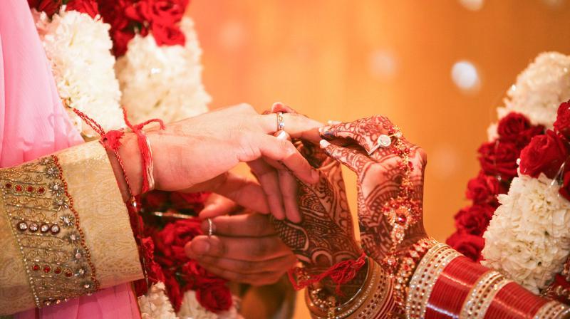 Mehndi Ceremony Mp : Mp girl emulates dolly ki doli cons husband runs away with cash