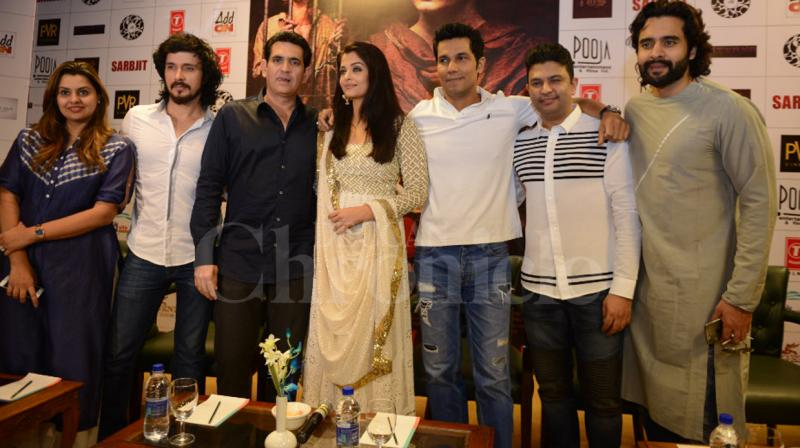 The entire team of 'Sarbjit' including- director Omung Kumar, producers Vashu Bhagnani, Bhushan Kumar, Jackky Bhagnani and actors Randeep Hooda, Aishwarya Rai Bachchan and Darshan Kumar- promoted the film in New Delhi. Photo: Viral Bhayani