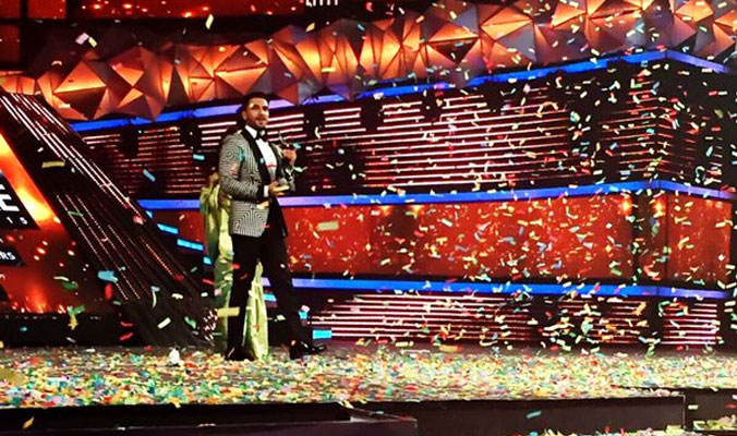 Ranveer accepts his award from Rekha.