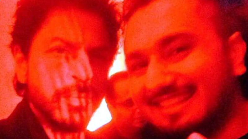 Shah Rukh Khan and Honey Singh pose for a photo together.