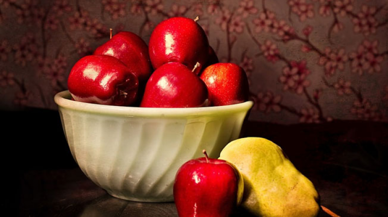 Study findings revealed that increased consumption of flavonoid-rich fruits like apples, pears and berries can keep the extra kilos at bay.
