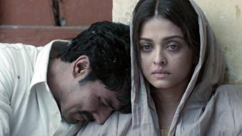 Scenes between Aishwarya and Randeep in the Pakistan prison will leave you teary eyed.