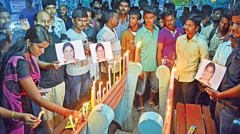 People take part in a candlelight vigil to condemn the murder of Swathi and to express solidarity with all working women at the Nungambakkam railway station on Sunday.  (Below) A CCTV grab of the murder suspect. (Photo: DC)