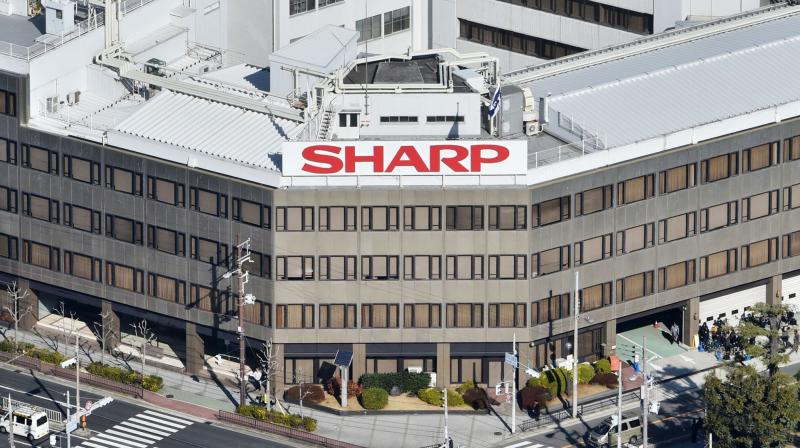 Sharp and Foxconn have now agreed to extend a deadline for the takeover talks by a week or two, reflecting the importance of a deal, estimated to be worth nearly $6 billion, to both sides.