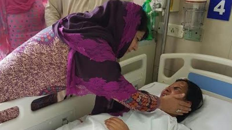 J&K CM Mehbooba Mufti visited 14-year-old Insha Malik. (Photo: DC)