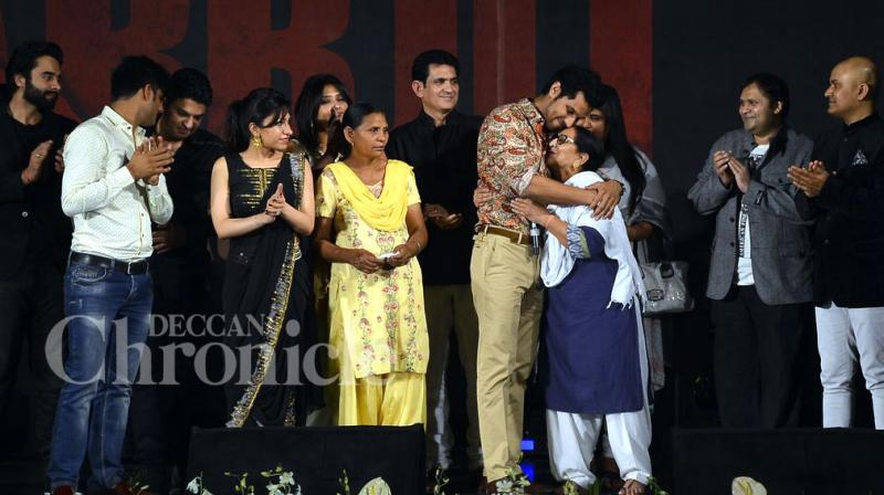 Bollywood singers Sonu Nigam, Sukhwinder Singh, Sunidhi Chauhan and others gave a special musical tribute to Sarabjit Singh at an event in the city on Tuesday. Photo Viral Bhayani