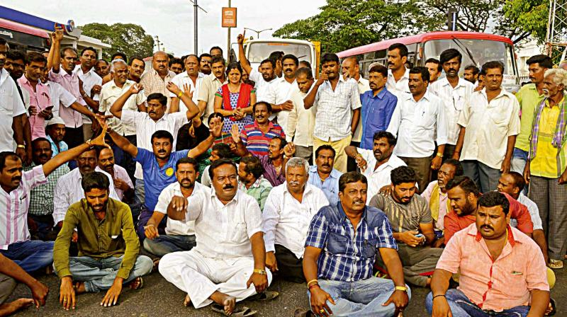 Congress workers stage a protest in support of Ambareesh, in Mandya on Saturday  (Photo – KPN)
