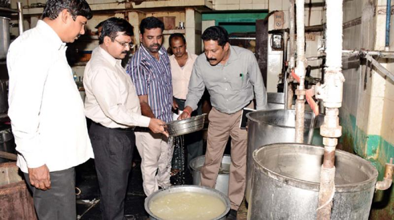 Food safety department officials inspect a private-run canteen (Representational Image)