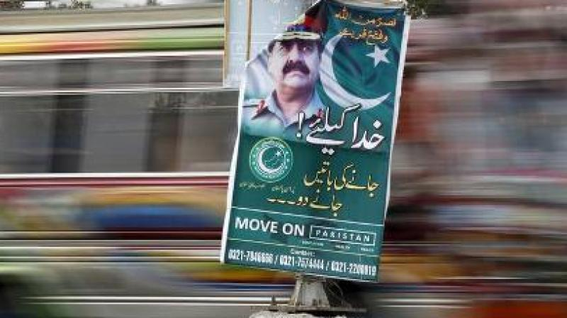 """A banner hanging at a traffic intersection on the road between the Chief Minister's House and the Rangers headquarters in Karachi reads: """"Janay ki baatain hui puraani, Khuda k liye ab ajao (Talks of leaving are now old; for God's sake now come)"""". (Photo: ANI)"""