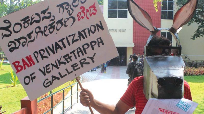 An artist protesting against the government move to privatise  Venkatappa Art Gallery in Bengaluru on Sunday  	– DC