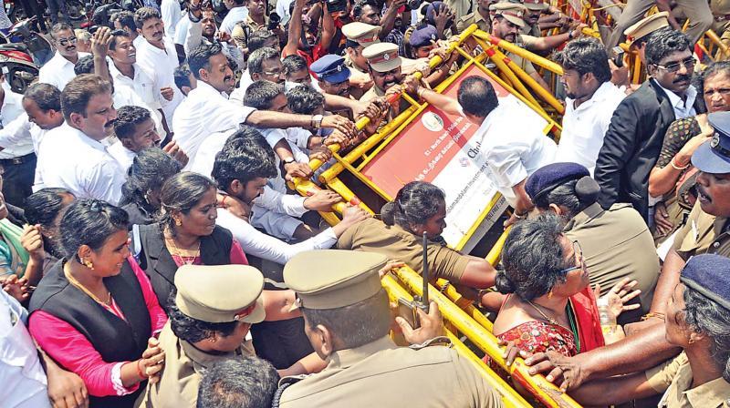 Advocates attempted to break barricades placed before Raja Annamalai Mandram near Esplanade on Monday.(Photo: DC)