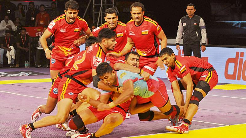 A slice of action from the PKL encounter between Bengaluru Bulls and Jaipur Pink Panthers. (Photo: SHASHIDHAR. B)