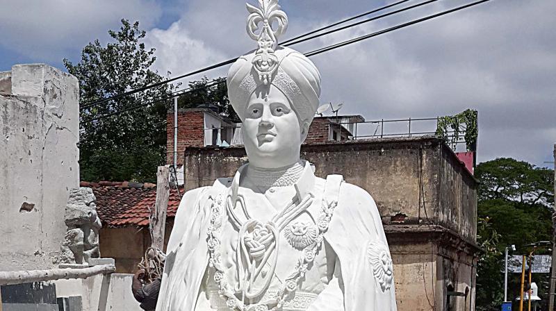 The statue of the late scion of Mysuru royal family, Jayachamarajendra Wadiyar, at Hardinge Circle (Photo: DC)