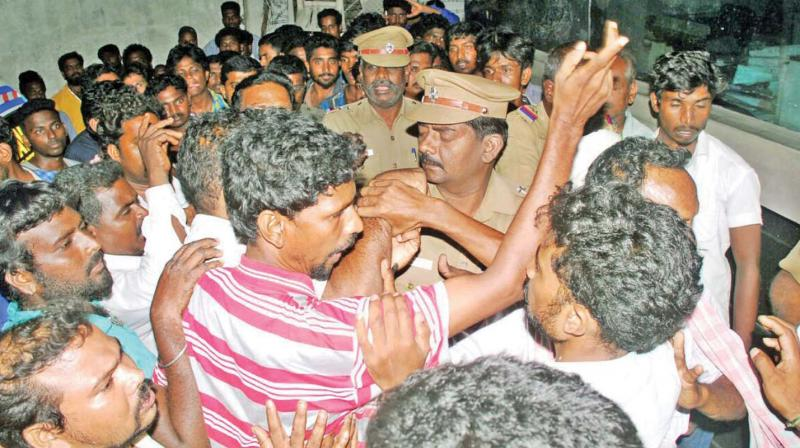 Relatives of the deceased, engage in a scuffle with cops on Wednesday night on the  premises of a  private hospital  where those injured in the mishap were admitted. 	— dc