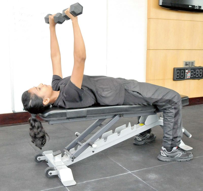 Single Arm Dumbell Bench Press: Muster Those Muscles