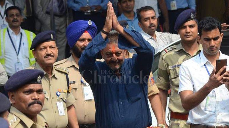 Fans gather as Sanjay Dutt reaches Siddhivinayak Temple in Mumbai (Photo: Viral Bhayani)