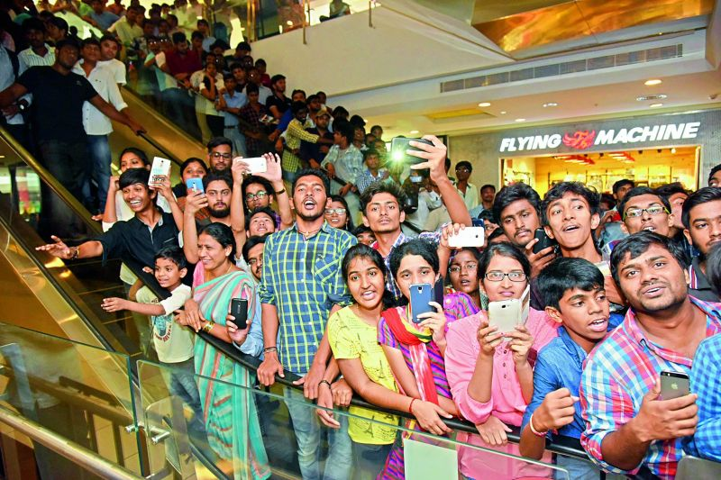 People go berserk trying to catch a glimpse of Virat