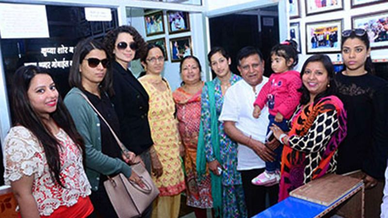 Kangana visited the astrologer with her sister by her side.