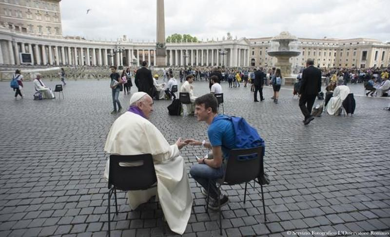 Pope Francis confessing a young faithful. (Photo: AFP)